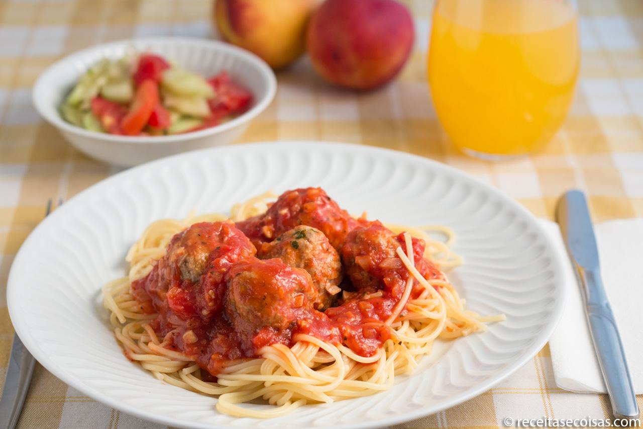 Almondegas com molho tomate