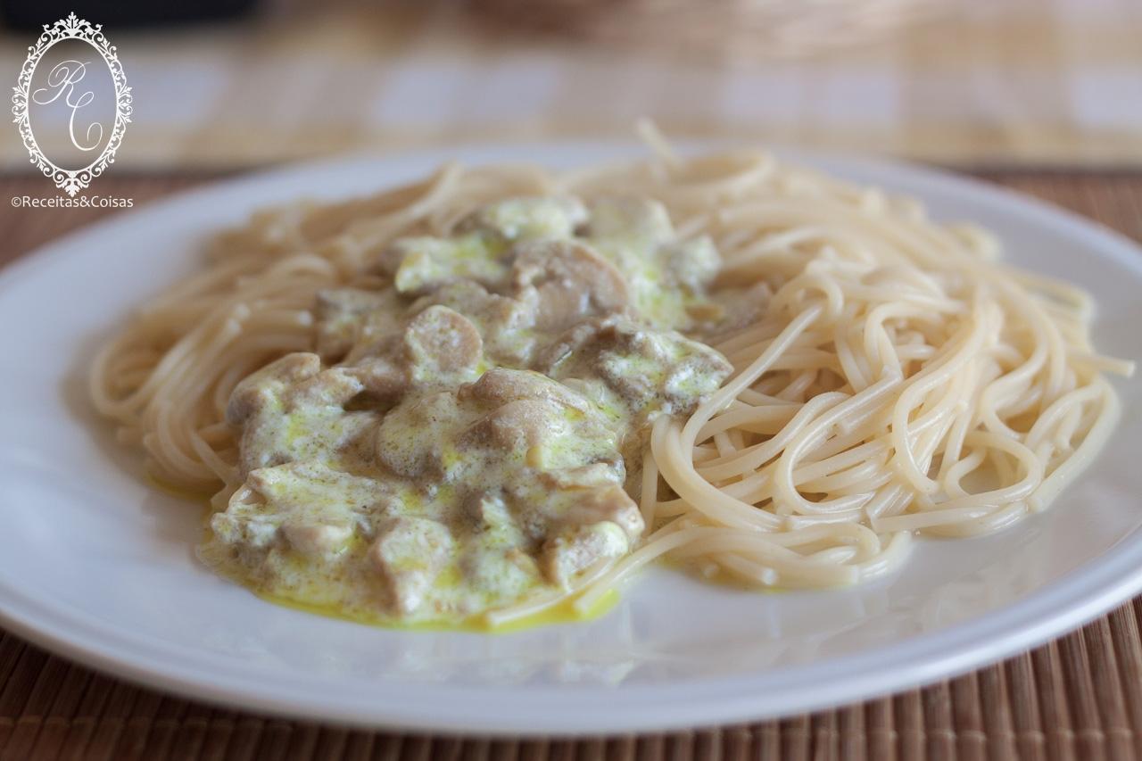 Esparguete de caril com cogumelos sem glúten