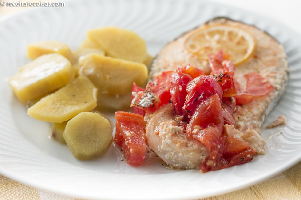 Salmão com tomate no forno