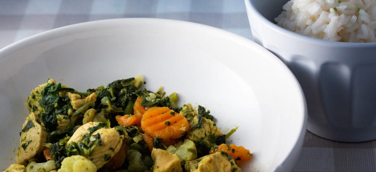 Peito de frango com caril e legumes